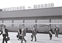 © Manuel López. Primeros vuelos del Puente Aéreo Madrid-Barcelona. Aeropuerto de Barajas, Madrid, 4 de noviembre de 1974. De la exposición fotográfica itinerante Manuel López. Imágenes 1966-2006 (disponible).