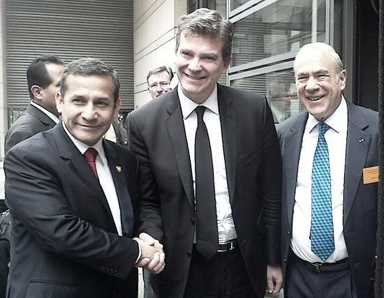 El presidente de Perú, Ollanta Humala (a la izquierda) saluda al ministro de Economía de Francia, Arnaud Montebourg (centro), junto al secretario general de la OCDE, el mexicano José Ángel Gurría. Foto: Alecia McKenzie/IPS