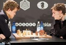 Carlsen juega ante Daniil Dubov en una pasada partida
