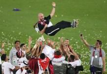 El entrenador español Félix Sánchez Bas celebra con sus jugadores el triunfo en la Copa Asía de Fútbol