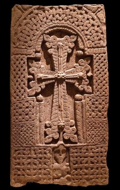 Una cruz, que promete la salvación, es la característica principal de este khachkar del siglo XII al XIII