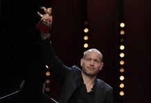 Nadav Lapid recoge El Oso de Oro por la película «Synónimos»