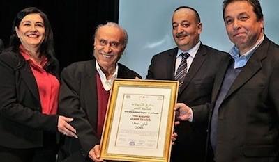 El poeta Wadih Saadeh con el premio Argana