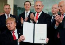 Donald Trump firma la orden presidencial de reconocimiento de los Altos del Golan por Israel en presencia del presidente Netanyahu