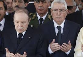 Abdelkader Bensalah (derecha) rezando junto a Abdelaziz Bouteflika.