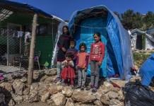 """Anna Pantelia: Farida llegó de Afganistán con su esposo y cuatro hijos a principios de marzo de 2019. Ella ha estado viviendo en la jungla junto al campamento de Vial desde entonces.: """"Tenemos una vida muy mala aquí, no estamos seguros. Los baños están muy lejos y no podemos llegar a ellos especialmente por la noche porque está muy oscuro y no hay luces. No iré a ningún lugar sin mi marido porque tengo miedo"""". """""""