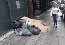 Un hombre en la acera donde vive en la calle Uruguay, en el centro de la capital argentina. No hay datos oficiales, pero las organizaciones sociales coinciden en que ha crecido en los últimos años la cantidad de personas sin hogar. En el último año, según datos oficiales, la población en pobreza pasó de 15 al 32 por ciento del total. Crédito: Daniel Gutman/IPS
