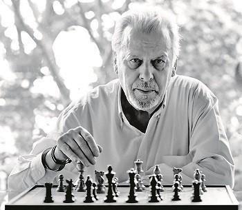 Paolo Maurensig ante un tablero de ajedrez