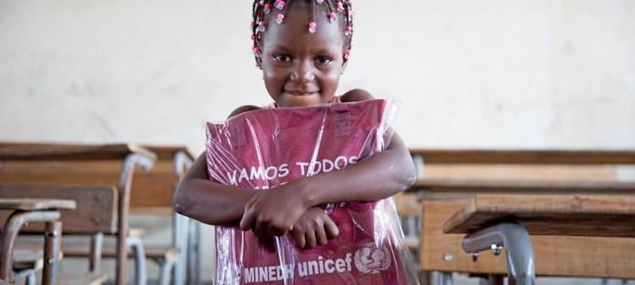 UNICEF / James Oatway Una niña de seis años recibe un paquete con material educativo de UNICEF en Beira, Mozambique, donde miles de personas se han visto afectadas por el ciclón Idai.