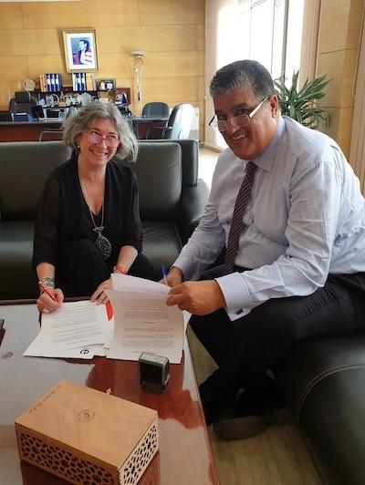 Omar Halli y Yolanda Soler en la firma del acuerdo entre el Instituto Cervantes y la UIZ
