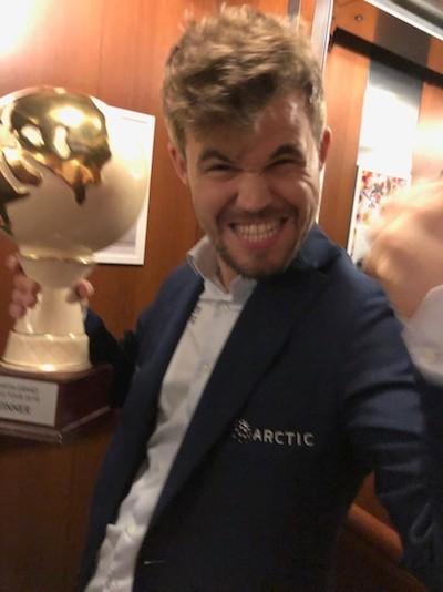 Un sonriente Carlsen con el trofeo conquistado en Zagreb