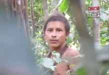 Karapiru Awá vio cómo su familia era masacrada por los karai u hombres no indígenas. Él escapó y vivió diez años en soledad hasta queFUNAIle contactó. Después acabó reencontrándose con su hijo, quien también logró sobrevivir al ataque.
