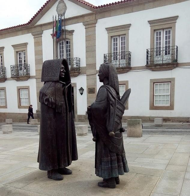 Escultura de pareja de mirandeses en Miranda do Douro