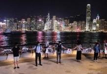 """Ciudadanos de Hong Kong participan en la cadena de protesta conocida como """"Hongkong Way"""" este 24 de agosto de 2019"""