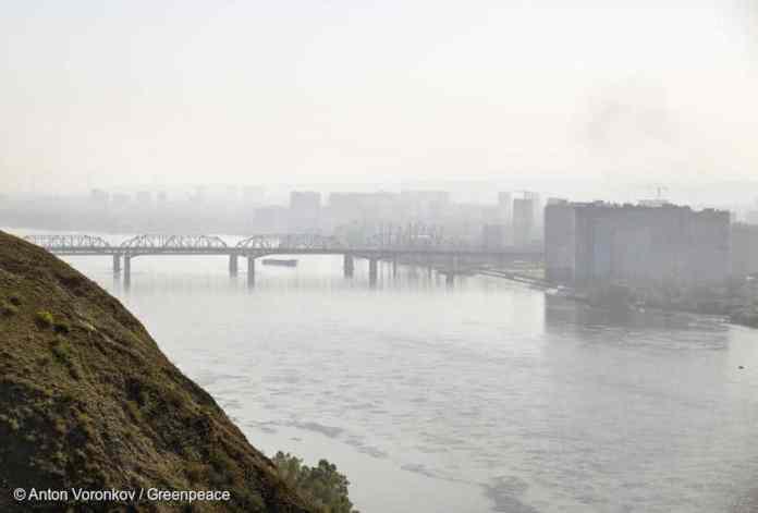 La ciudad de Krasnoyarsk bajo en humo de los incendios forestales siberianos