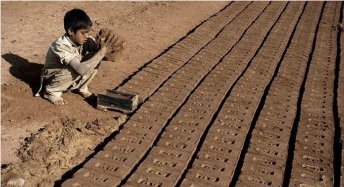 Acnudh: Un niño trabaja en condiciones esclavas en una fábrica de ladrillos en Pakistán.