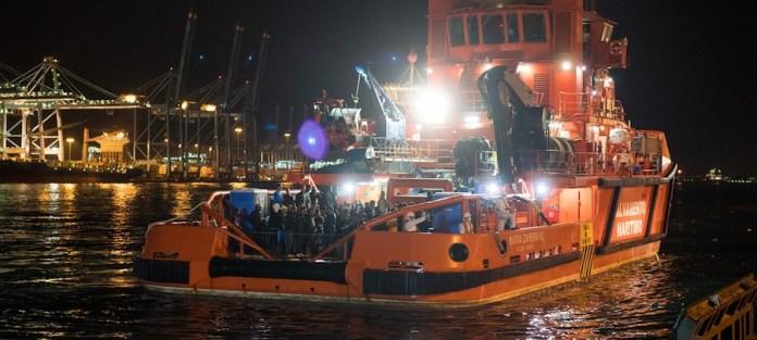 © ACNUR/Markel Redondo: Un bote de la Guardia Costera de España después de rescatar a 146 migrantes y refugiados del Mediterráneo.