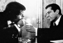 Adolfo Suárez (derecha) ayuda a encender un cigarro a Felipe González