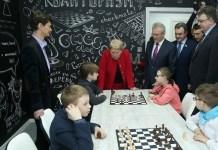 La ministra de Educación y Ciencia de Rusia, Olga Vasilieva, junto a escolares jugando ajedrez.