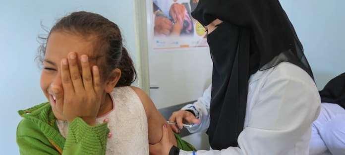 UNICEF / Aidroos Alaidroos Una niña recibe la vacuna contra el sarampión y la rubeola en un centro apoyado por UNICEF en Bani Alhareth, Yemen, en febrero de 2019