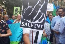 Pancarta de la Associació de gitanos de Gràcia, Barcelona, contra las medidas racistas de Salvini