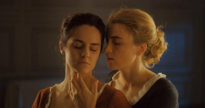 Adele Haenel y Noemi Merlant en un fotograma de Mujer en llamas