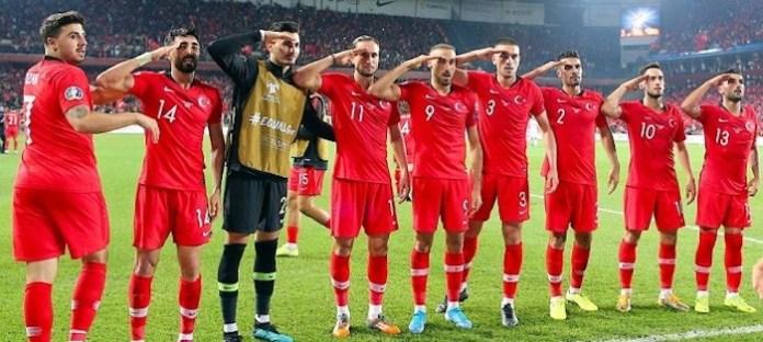 Jugadores de la selección de Turquía hacen el saludo militar tras ganar a Albania