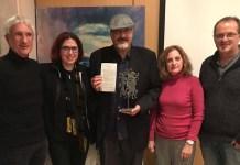 Ali Lmrabet, con gorra, en el centro, con el premio Veu Llibre.