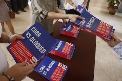 Ejemplares del informe Cuba versus el Bloqueo, como se le llama internamente al embargo de Estados Unidos contra el país, distribuidos a corresponsales durante una conferencia en la sede del Ministerio de Relaciones Exteriores en La Habana. Crédito: Jorge Luis Baños/IPS