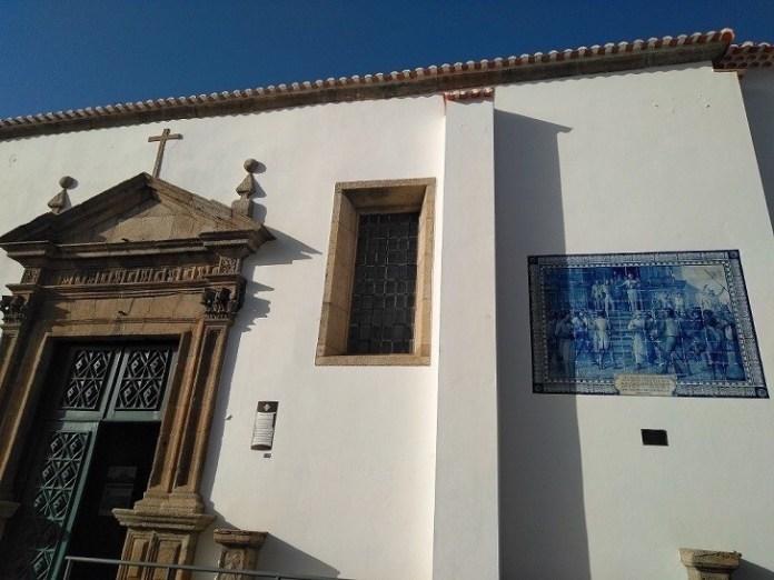 Fachada iglesia San Vicente con el panel de azulejos del general Sepúlveda
