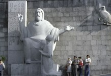 Estatua de Mesrób Mashtóts emplazada en el pórtico del Madenatarán de Ereván