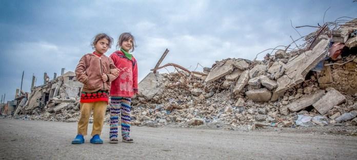 ©UNICEF/Anmar Anmar Dos niñas caminando entre las ruinas de la ciudad de Mosul, en Iraq