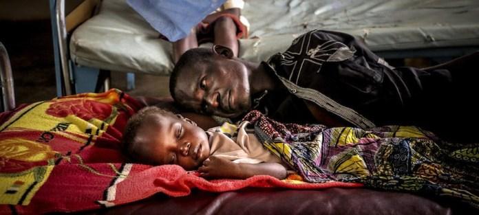 UNICEF/Donaig Le Du Un padre junto a su hijo en el hospital pediátrico de Bangui, en la capital de la República Centroafricana