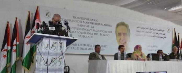 15 Congreso del Frente Polisario. Se puede observar la tribuna con lemas en español y árabe.