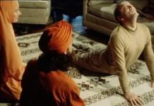 Victor Korchnoi en 1978 haciendo yoga junto a los miembros de la secta Ananda Marga
