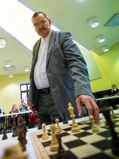 El gran maestro Jaan Ehlvest ante el tablero