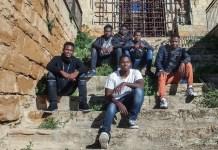UNICEF/Stefano De Luigi: Grupo de menores migrantes no acompañados en una iglesia abandonada en Sicilia, Italia. La mayoría de ellos fueron trasladados a esta pequeña aldea sin posibilidad de elección