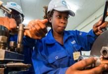 Una mujer recibe capacitación en un taller de ingeniería en Kenia. La OIT está preocupada porque unos 270 millones de jóvenes en todo el mundo están desvinculados del estudio o del trabajo. Foto: Lin Qi/Unicef