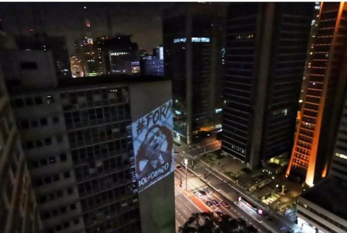 """Cartel luminoso """"Fuera Bolsonaro"""", durante el cacerolazo en la noche del martes 31 de marzo de 2020, cumpleaños del golpe militar de 1964, cuando el presidente Jair Bolsonaro habló a la nación por cadena de radio y televisión. Foto: Roberto Parizotti / Fotos Públicas"""