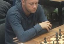 El jugador israelí Andrei Gurbanov, quien participó en el torneo digital, ante el tablero
