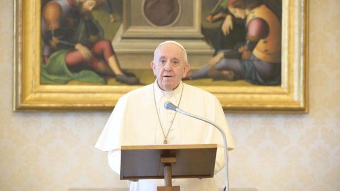 El papa Francisco desde la Biblioteca Apostólica, 24 de mayo de 2020. (Vatican Media)