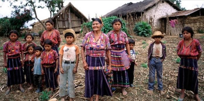 La pobreza, la informalidad y la marginación en que viven millones de familias indígenas como esta de Guatemala puede agravarse con el impacto de la actual pandemia covid-19, advierte un informe de la Organización Internacional de Trabajo. Foto: F. Charton/ONU