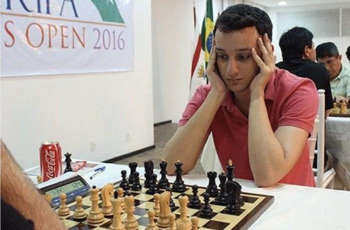 Luis Paulo Supi ante el tablero