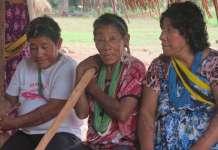 Tatjig, Logo y Typu Arara. Sentada en el centro está Logo, la mujer más longeva de la comunidad. © Leila Burger / Survival