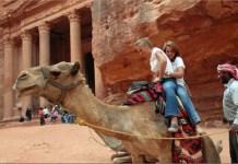 OMT: turistas se disponen a dar un paseo en camello en Petra, en Jordania