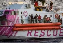 Louise Michel con migrantes rescatados a bordo