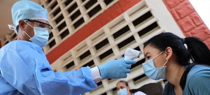 OCHA/Gema Cortes: control de temperatura por el coronavirus en un albergue en Venezuela