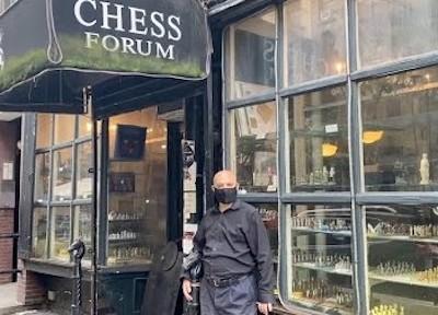 El propietario Imad Khachan ante su tienda Chess Forum