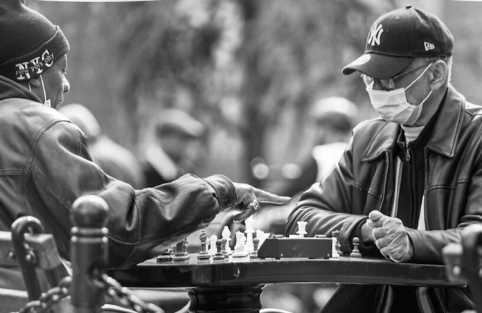 En Washington Square Park se sigue jugando al ajedrez en tiempos de pandemia.
