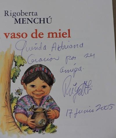 Rigoberta Menchú dedicatoria Vaso de miel